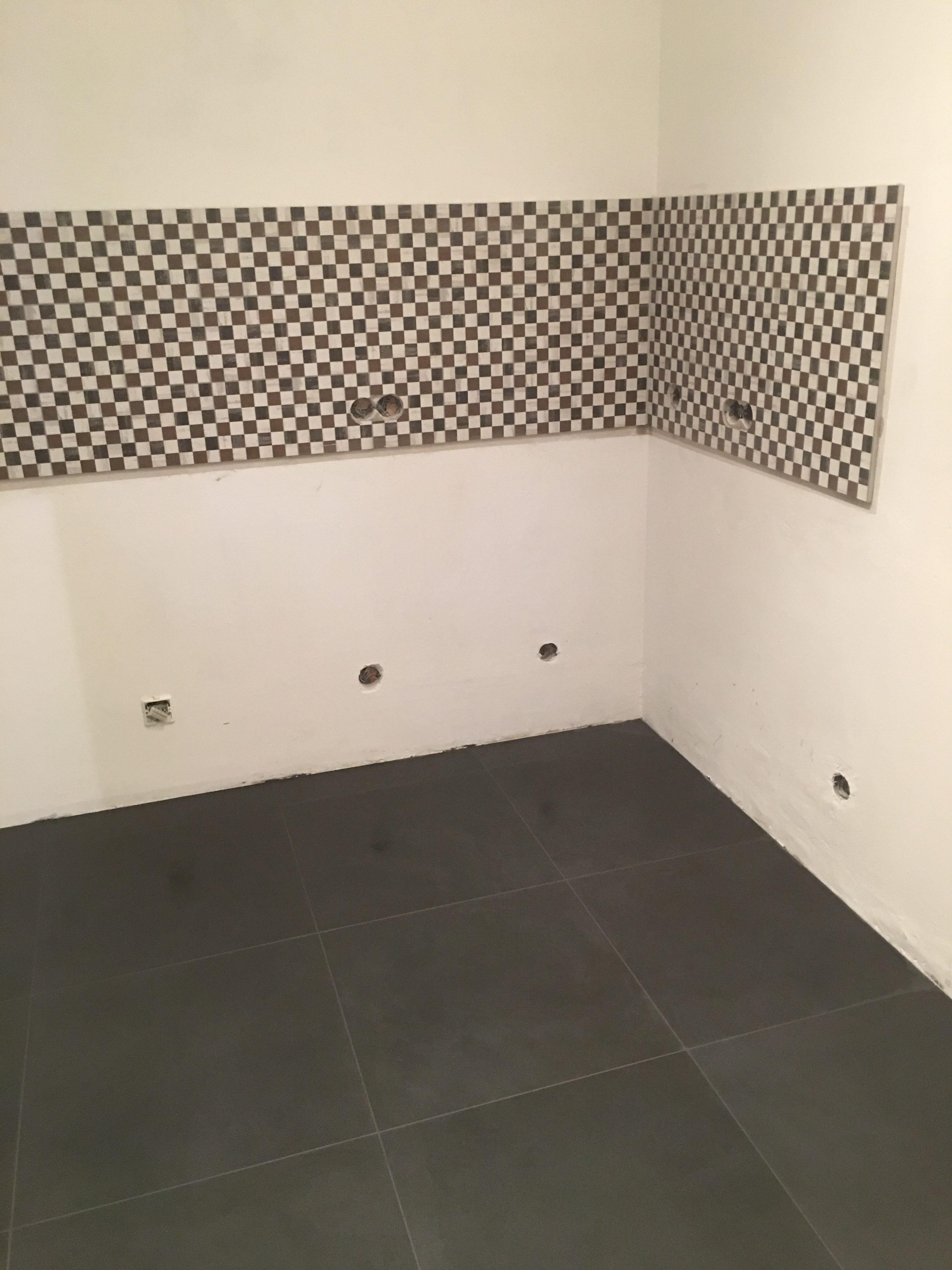 Nachher: ein Fliesenspiegel in Mosaikoptik peppt die Küche auf. Die grösseren Bodenfliesen geben der kleinen Küche mehr Raum.