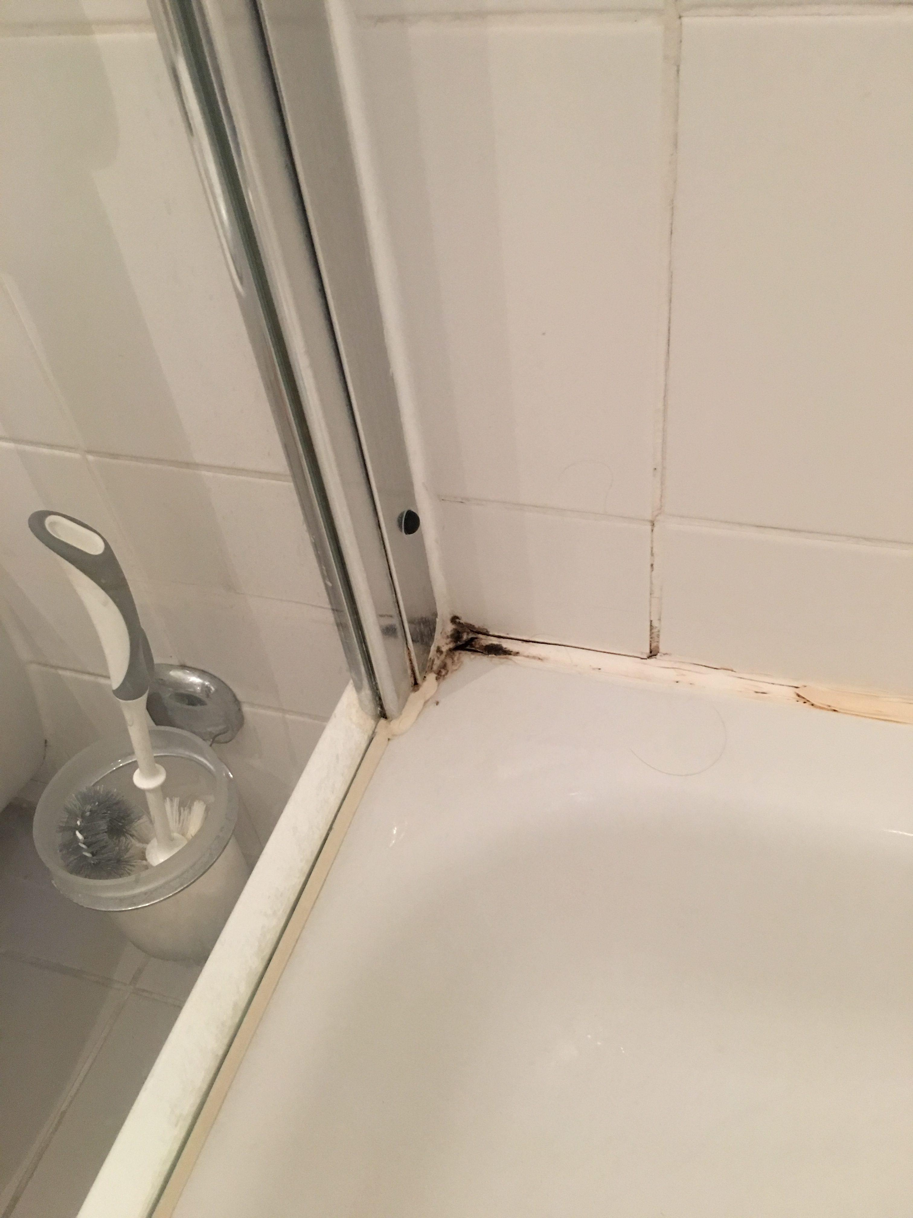 Vorher: unansehnliche und brüchige Fugen im Duschbereich