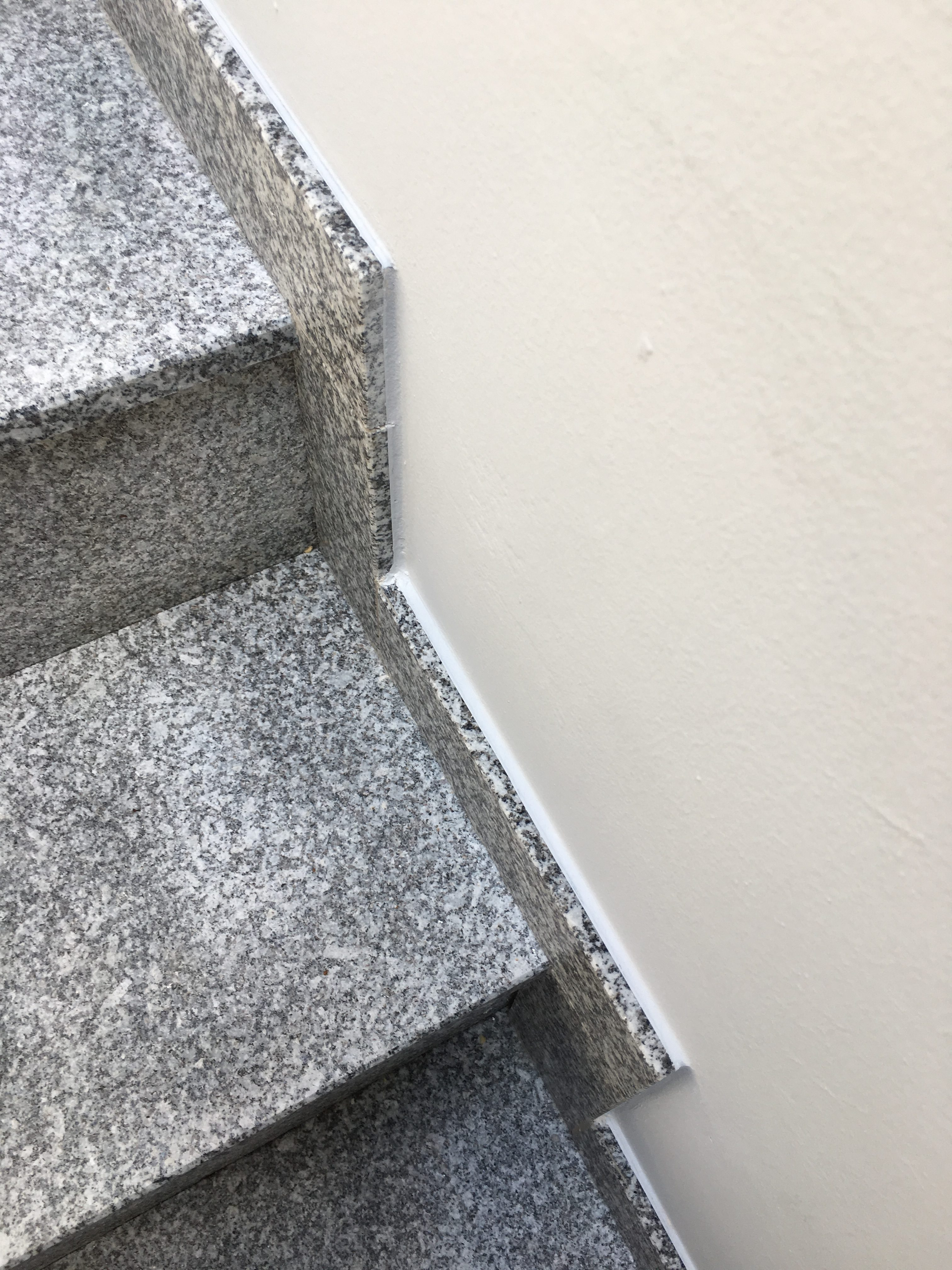 Nachher: perfektes Ergebnis – wandverfugte Treppenleisten